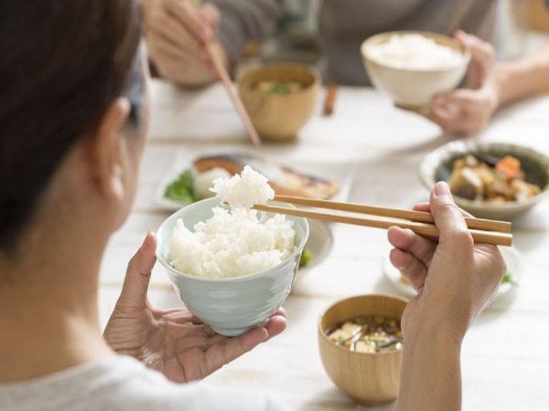 Điềm tốt hay xấu khi mơ thấy ăn cơm?
